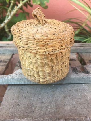 Antigua cesto de esparto o cajita con tapa