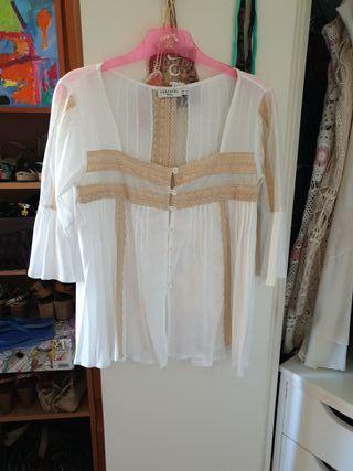 camisa blanca con puntillas