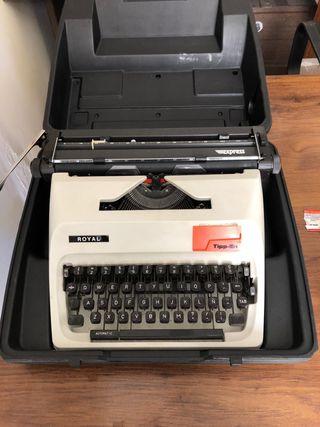 Maquina de escribir pequeña en su maletín