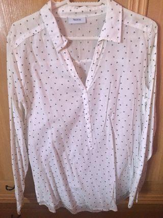 Camisa blanca con estampados de flores