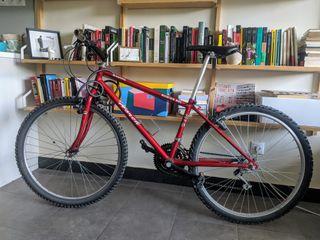 bicicleta de montaña. Roja con sillín nuevo.