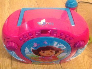 Lector de CDs y Micro Dora Exploradora.