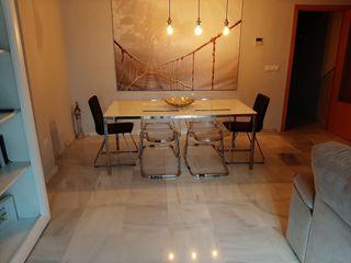 Mesa y 4 sillas transparentes