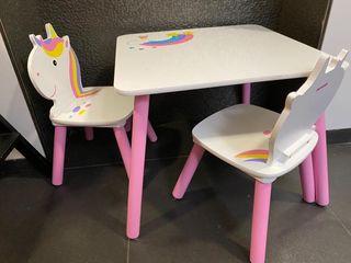 Mesa y sillas para pequeñas. Juguete infantil.