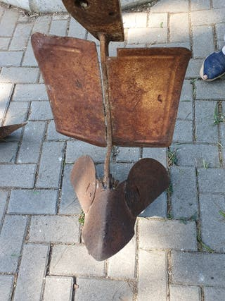 Herramienta antigua arado de hierro