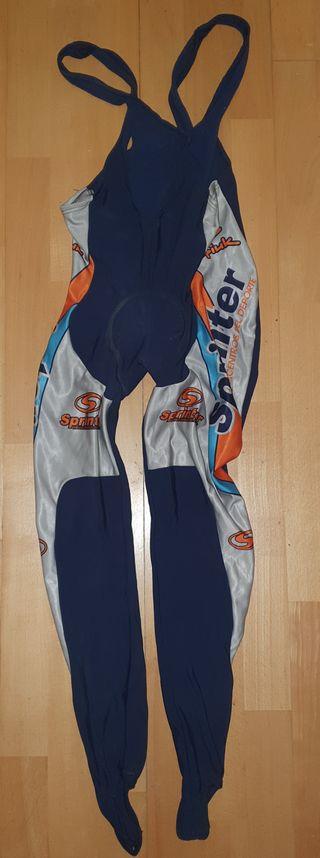 Peto y chaqueta de ciclismo.