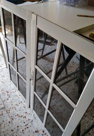 Dos hojas de ventana de aluminio blanco,