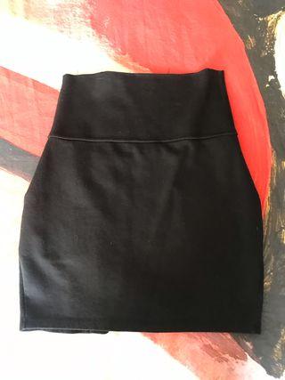Falda negra talle alto