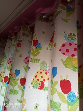 barra y cortinas habitación infantil