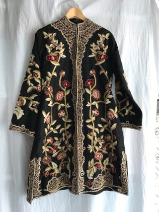 abrigo de seda negro bordado