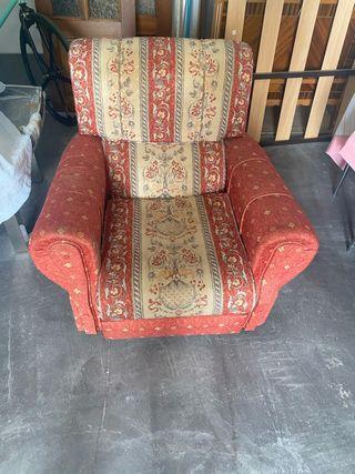 Tres sillones antiguos pero en perfecto estado.