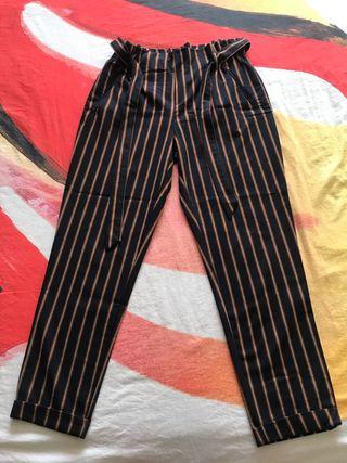 Pantalones con cinturón atado