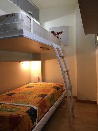 Litera abatible , dos camas con escritorio.