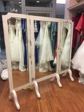 Sofa, espejo entallado de madera, triptico