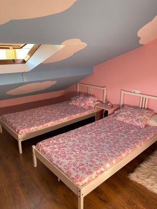 Dormitorio infantil Ikea 2 camas y mesita