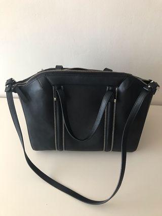 Bolso negro de Zara