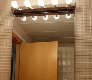 foco pared 5 bombillas bajo consumo y espejo baño