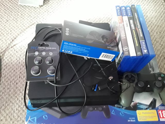 Ps4 with every accessorie and 5 games