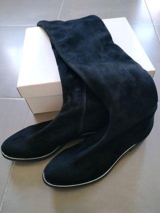 Botas negras altas hasta la rodilla