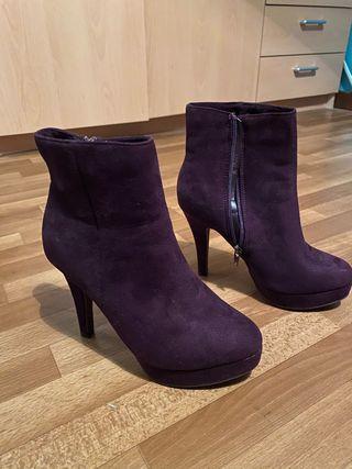 Botín tacón violeta