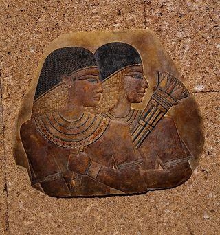 Relieve tallado de Tutankamón y Nefertiti.