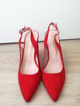 Sandalias rojas de tacón