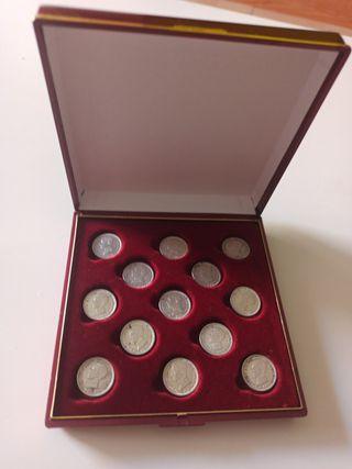 Atrás de monedas de plata de 50 céntimos.