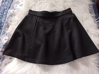 Falda negra de vuelo