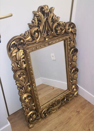 Espejo antiguo con marco labrado en dorado