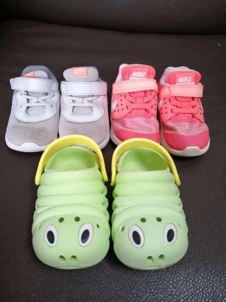 Lote de zapatillas Nike y chanclas playa talla 22