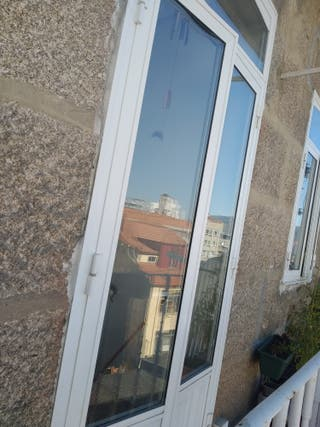 Se vende ventana de balcón blanca. 1,07 x 2,58 cm