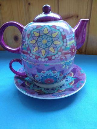 Juego de té. Taza con plato y tetera.