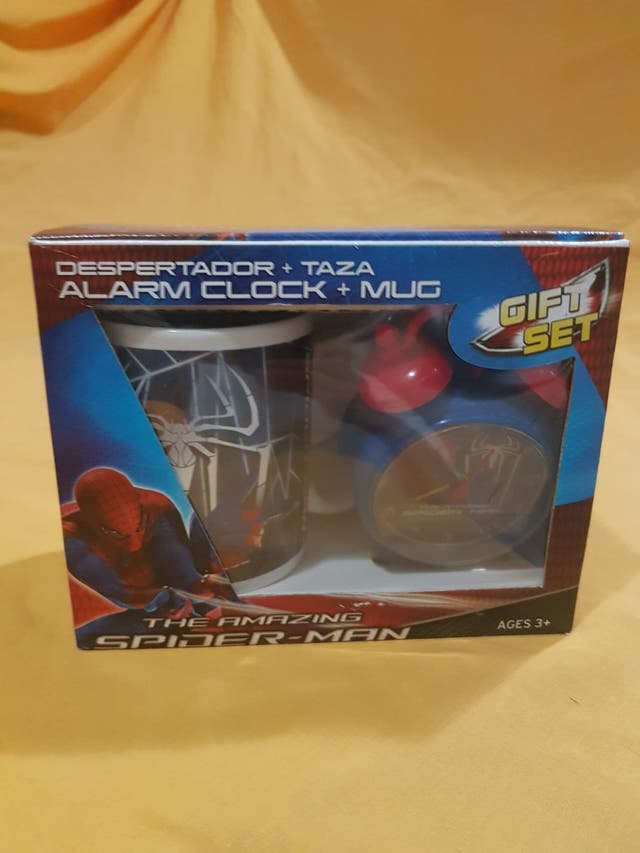 Despertador y taza Spiderman.