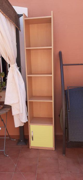 estanteria madera con puerta