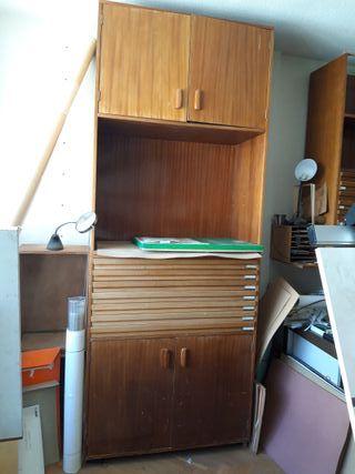 Mueble alto madera con cajones y puertas.