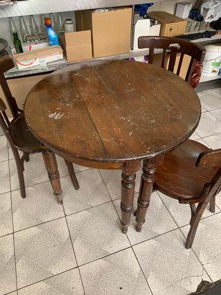 mesa vintage con tres sillas