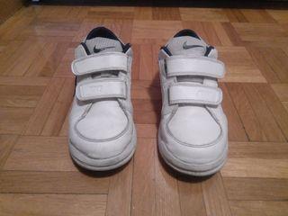Zapatillas Nike niño. Talla 33