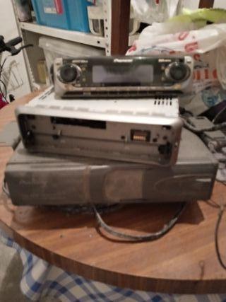 Radio de coche con cargador de cd.
