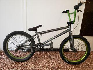 bicicleta bmx marca wethepeople modelo versus