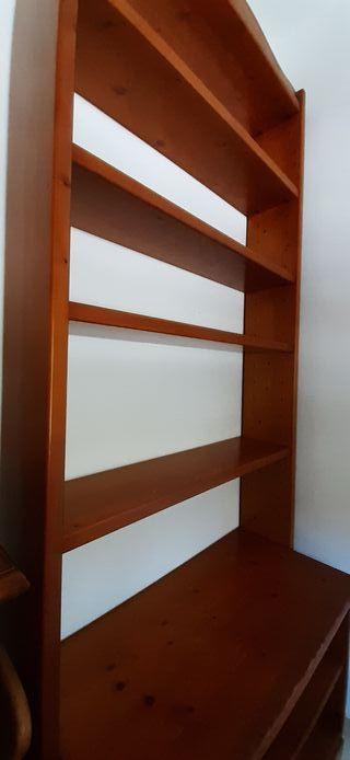 estanterías de madera.