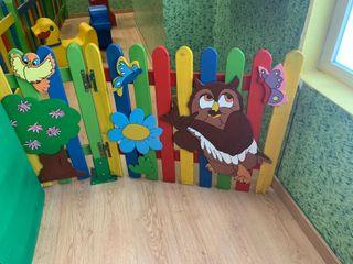 valla de madera con dibujos