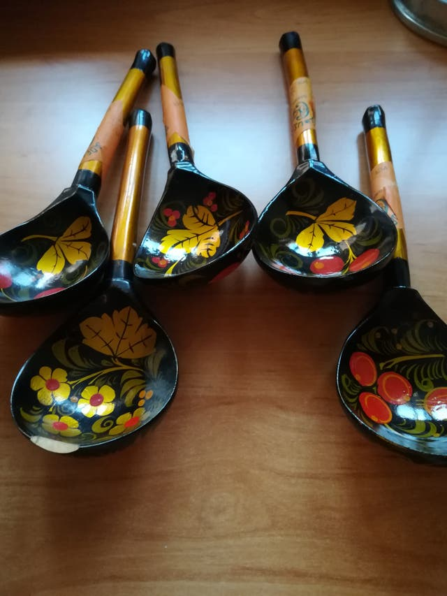 bol y 5 cucharas de madera.