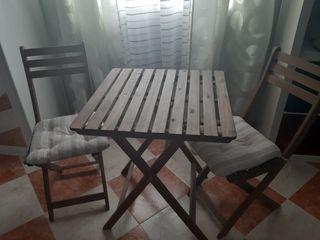 mesa de madera con dos sillas a juego