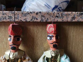 Guerreros de madera y latón.