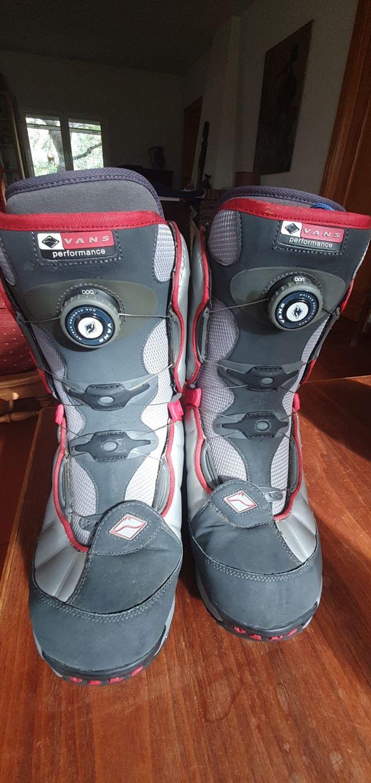 """Tabla de Snowboard """"Santa Cruz"""" con botas """"Vans"""""""