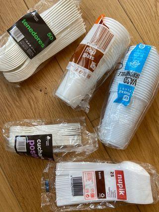 Vasos, cucharas y tenedores de plástico sin usar