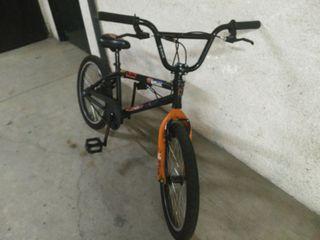 Bicicleta BMX con el sistema giratorio del manilla