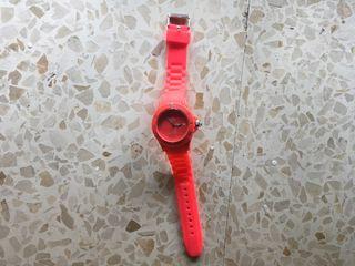 Reloj en tonalidad rosa