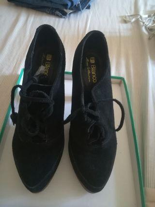 Zapatos negros abotonados