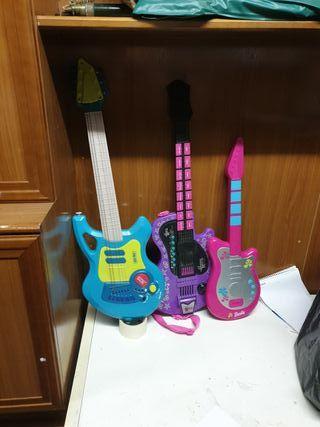 3 guitarras juguete. Falta el micrófono de la azul